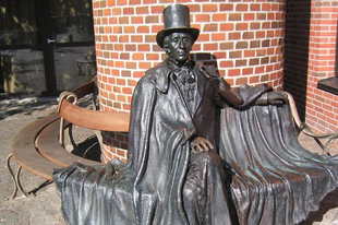 Andersen, a dánok nagy meseírója születésnapjára