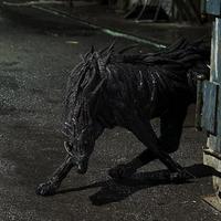 Futurisztikus vadállatok gumiabroncsból