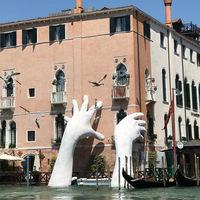 Óriás kapaszkodik a velencei hotel oldalába