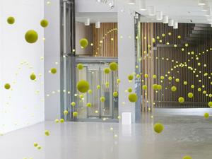 2 000 teniszlabda lebeg a galériában