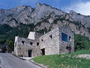 Vidéki, csak kívül kétszáz éves ház Svájcból...