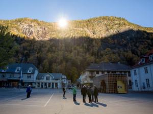 Egy olasz és egy norvég kisvárosban lehozzák a napot a hegyről - The Mirror Project