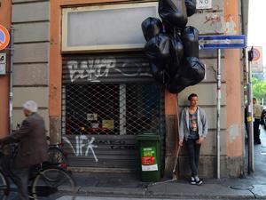 Titokzatos lebegő szemeteszsákok Milánóban