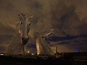 Gigantikus lófejek átadásra készen
