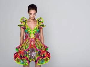 Földönkívüliek ruhája Swarovski kristályokkal megpakolva