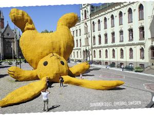 Megosztó sárga nyúl