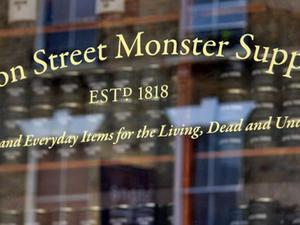 Rémségek kicsiny boltja Londonban