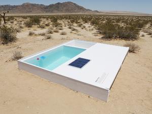 Apró közösségi medence a sivatag közepén