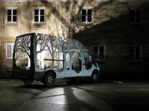 Erdővé faragott autók és hasonló különlegességek egy környezetvédő műhelyéből