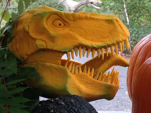 Tökös T-Rex szobor Halloweenra
