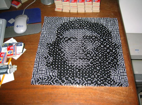 Pixel mozaikok dominóból, töltényhüvelyből