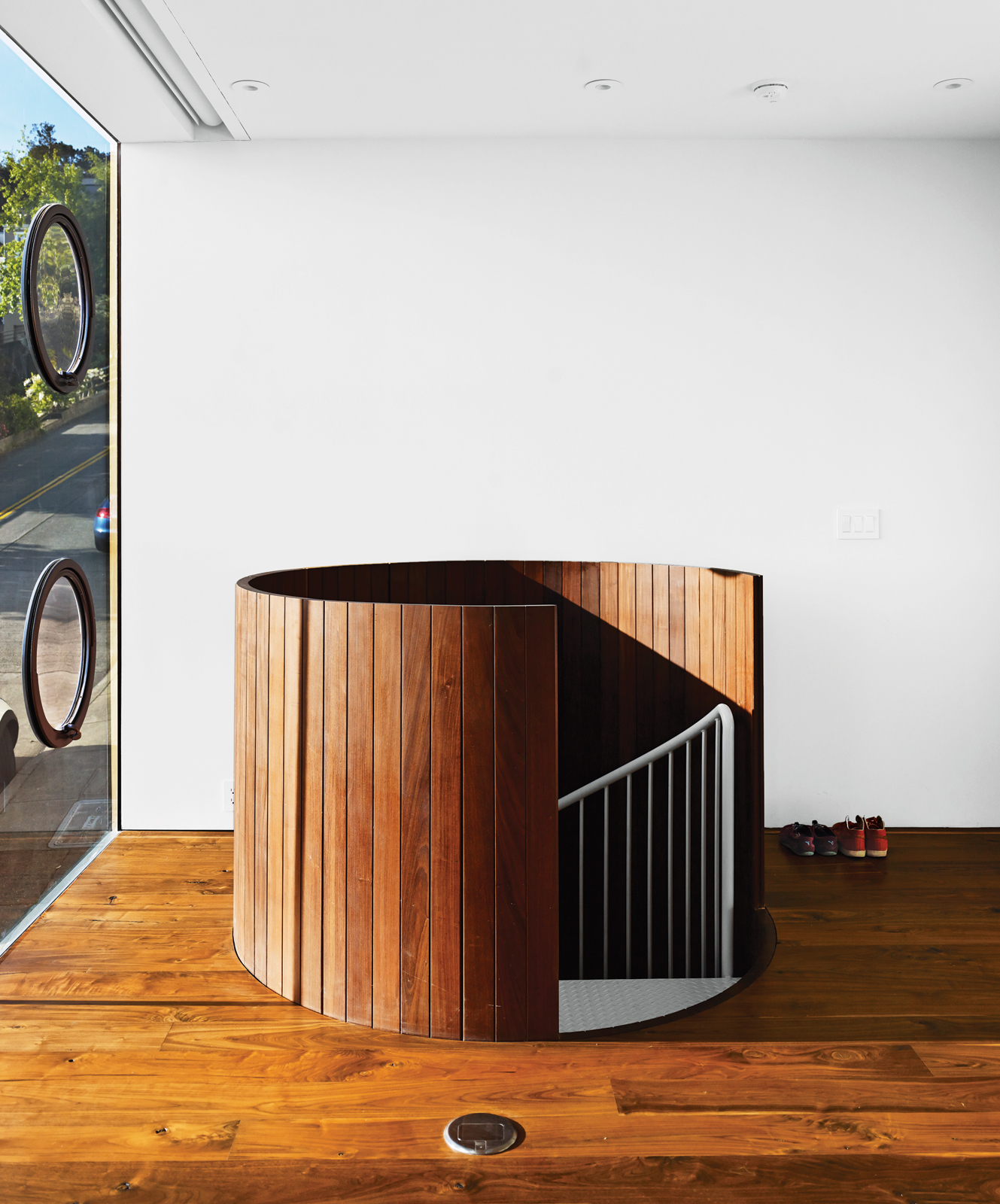 Az utazás garázs az első emeleten van egy fa borítású csigalépcső, amely hasonlít egy óriási deszkával hordó..jpg