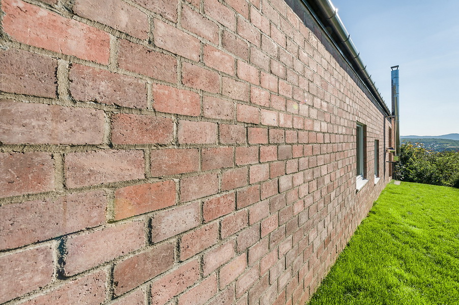 10 the-long-brick-house-foldes-architects_04_outside_view.jpg