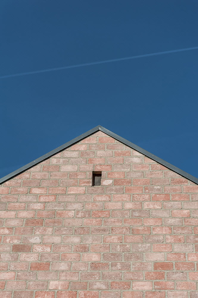 11 the-long-brick-house-foldes-architects_04_outside_view.jpg