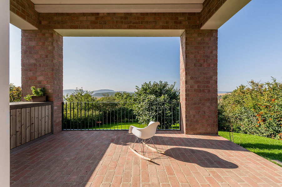 14 the-long-brick-house-foldes-architects_04_outside_view.jpg