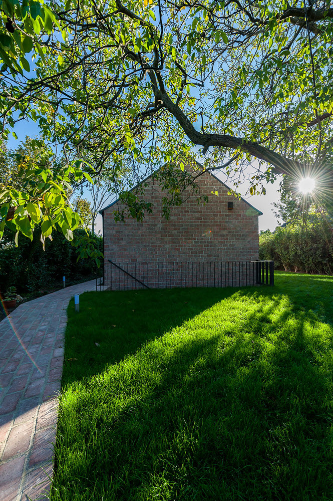 15 the-long-brick-house-foldes-architects_04_outside_view.jpg