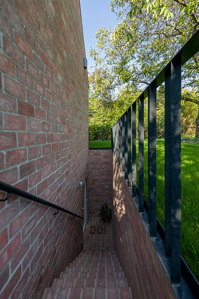 21 the-long-brick-house-foldes-architects_04_outside_view.jpg