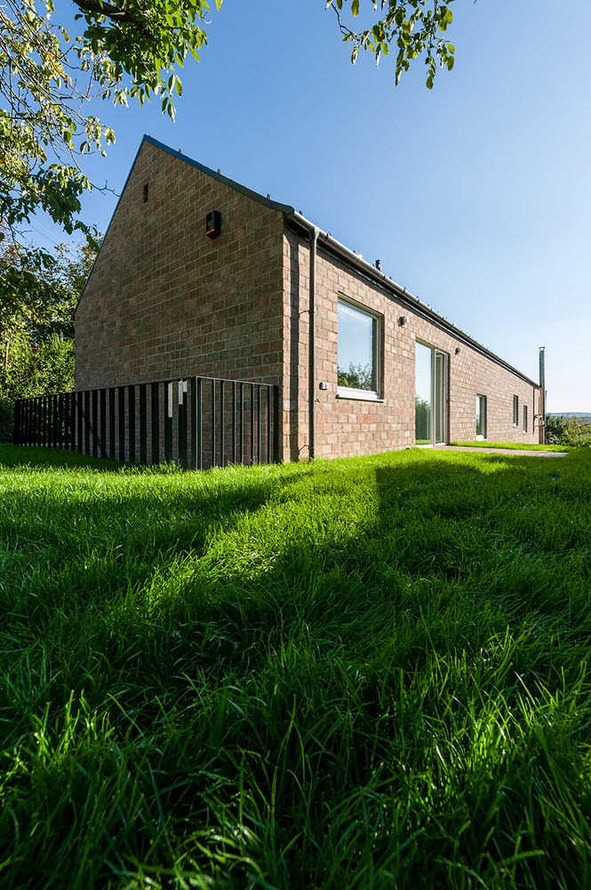 6 the-long-brick-house-foldes-architects_04_outside_view.jpg