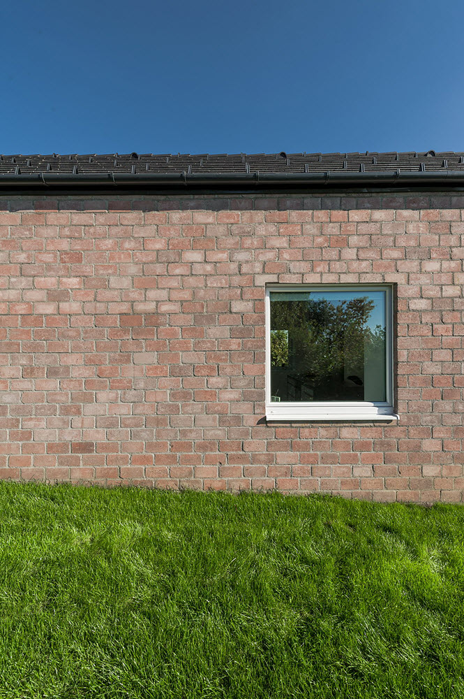 9 the-long-brick-house-foldes-architects_04_outside_view.jpg