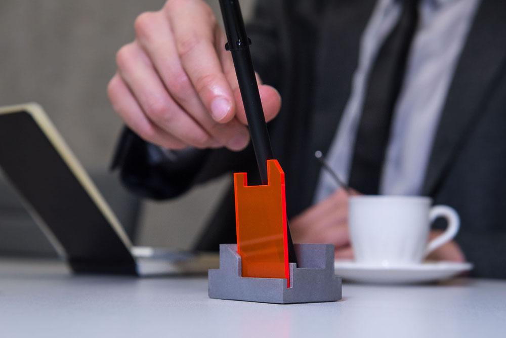 asztali-iroszertarto-betonbol-futurisztikus.jpg