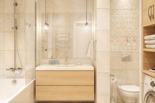 Világos, elegáns, meleg hangulatú fürdőszoba – praktikus kialakítás, csodaszép burkolat