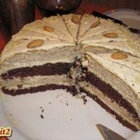 Mandula torta felvágva és a túrós sós sütikék...