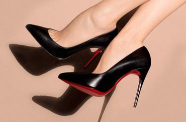 Vajon miért tűzpiros a talpa a Louboutin cipőknek?