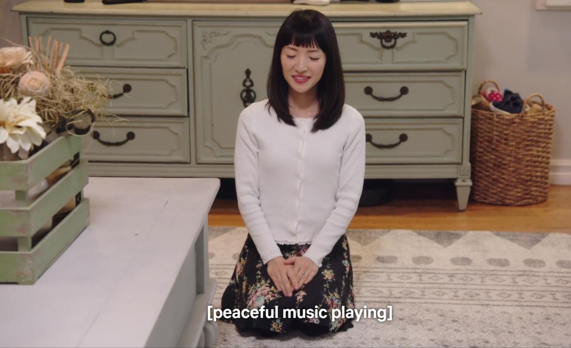 A szelektálás szuper érzés! Marie egy imával lép be minden ügyfele otthonába, és te is elmondhatsz valamilyen motiváló szöveget, vagy meggyújthatsz egy gyertyát, hogy áradjon az a chi, de betehetsz valami chilles zenét is.