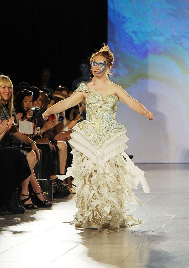 A 22 éves, ausztrál származású Madeline Stuart tavaly ősszel 5 bemutatón is szerepelt a New York-i divathéten.