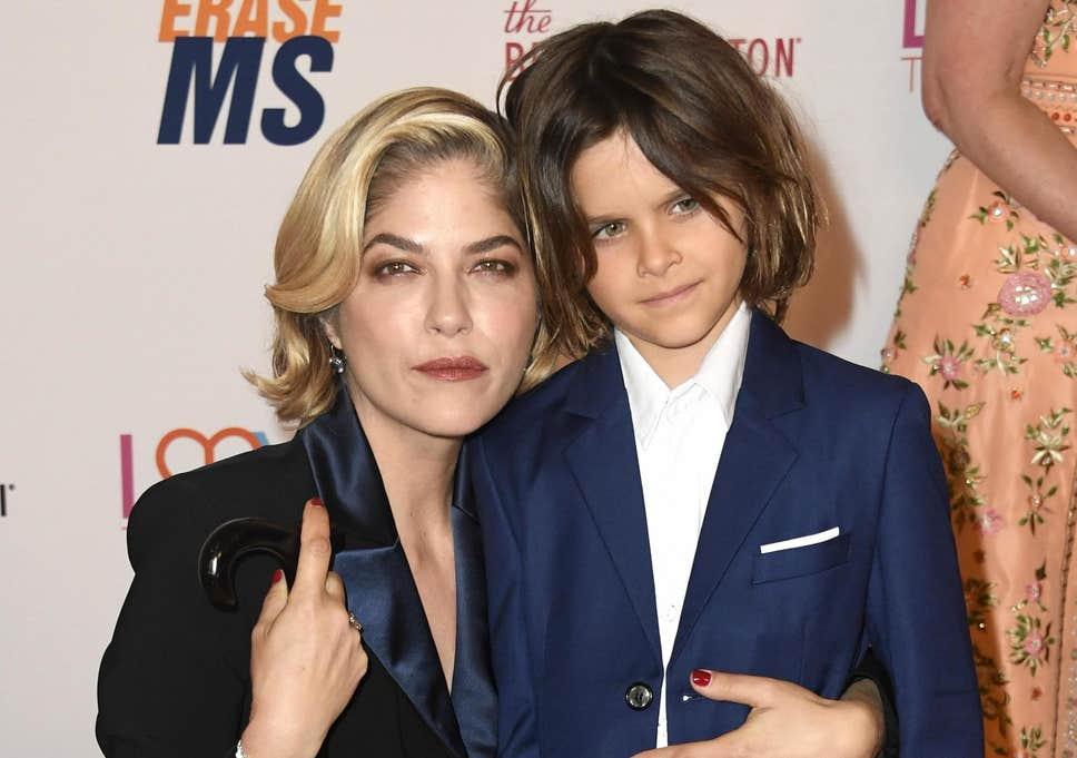 Selma Blair (aki azóta betegsége miatt lenyírta a haját) és a kisfia, Arthur
