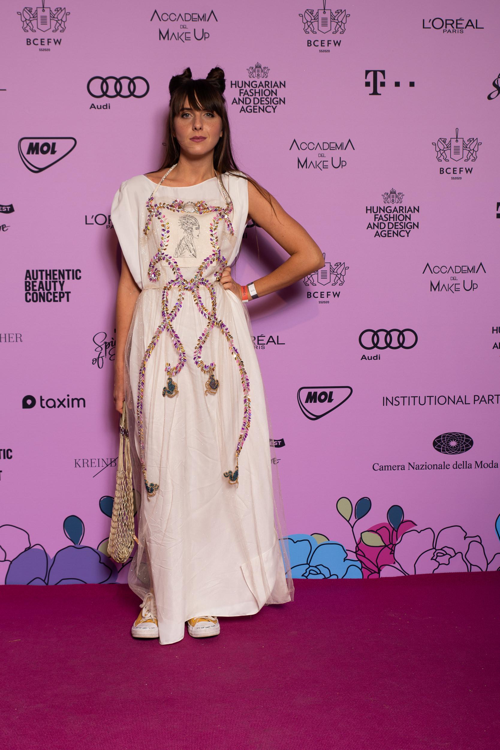 Eke Angi Je Suis Belle ruhát vett fel a Young Talents show-ra
