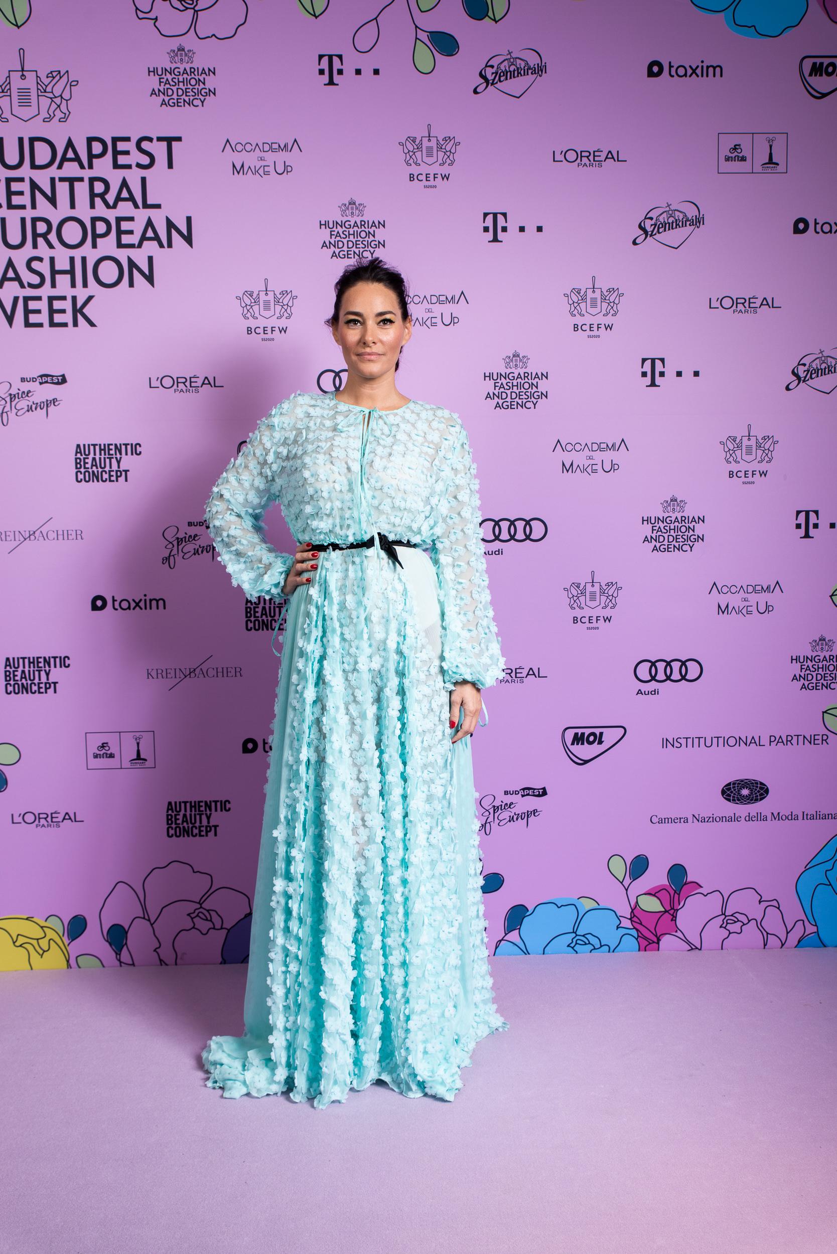 Görög Zita viselte a MERO show fináléjának záró ruháját, de a fotózásra egy másik új darabba ugrott