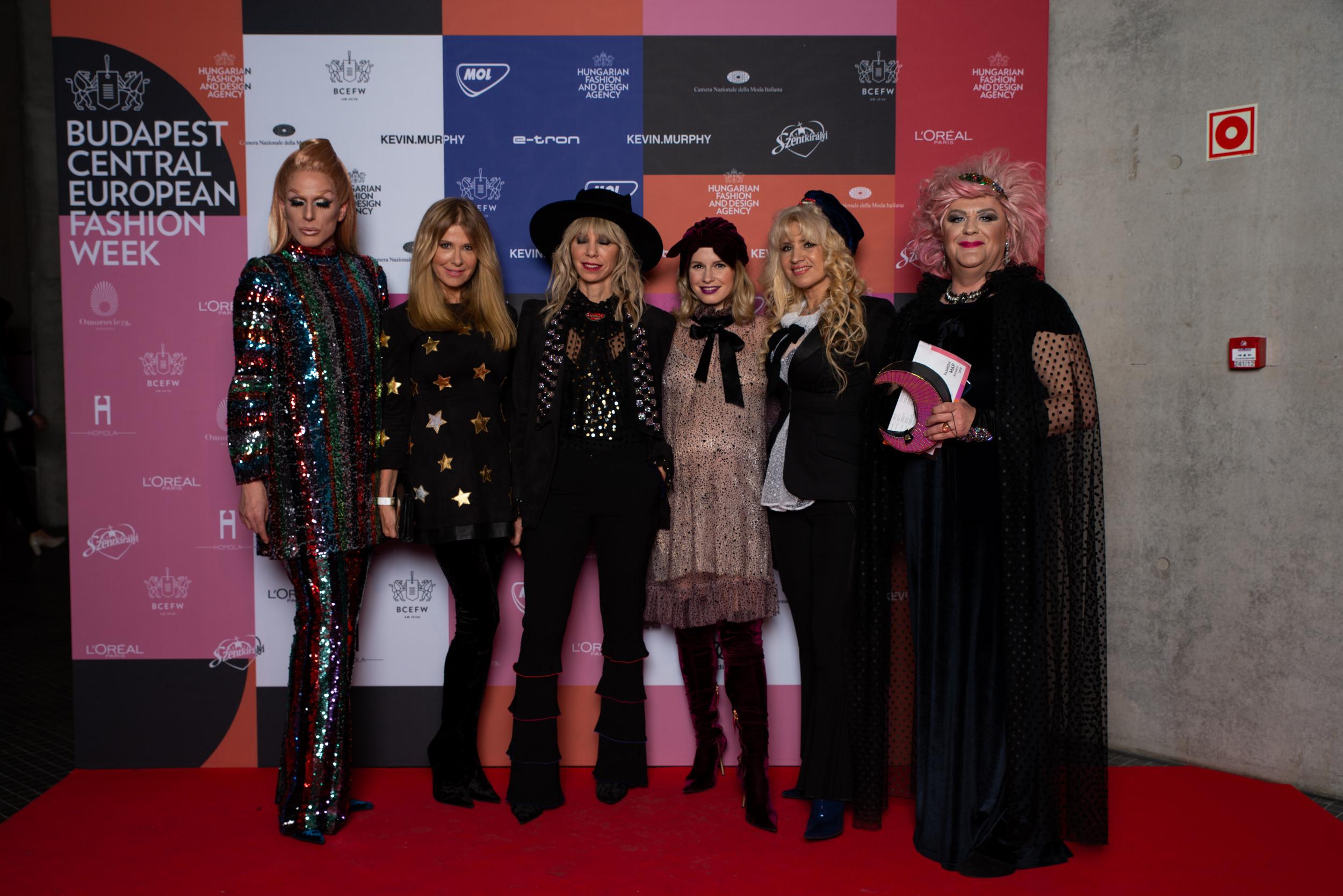 Az ABODI hölgykoszorújának egy része - Betty Blue és Lady Dömper drag queenek a széleken, Sütő Enikő, Péterfy Bori, Marge és Bíró Ica középen