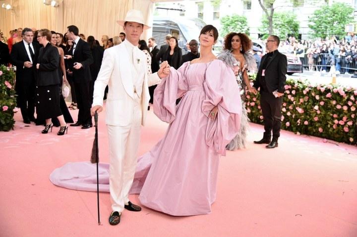 Benedict Cumberbatch - Labassa Woolfe szettben, és a felesége, Sophie Hunter - ROKSANDA ruhában