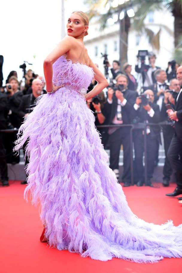 Elsa Hosk, a Victoria's Secret modellje lila tollakba burkolózva