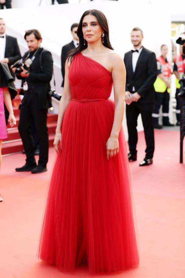 Nadine Labaki félvállas, piros tüllruhában