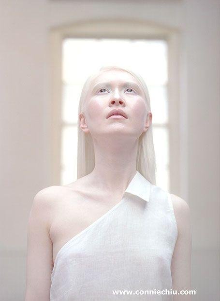Connie Chiu hongkongi származású svéd énekes-modell karrierjét 24 évesen kezdte Jean-Paul Gaultier-nál, és sokak szerint ő az első albínó szupermodell.