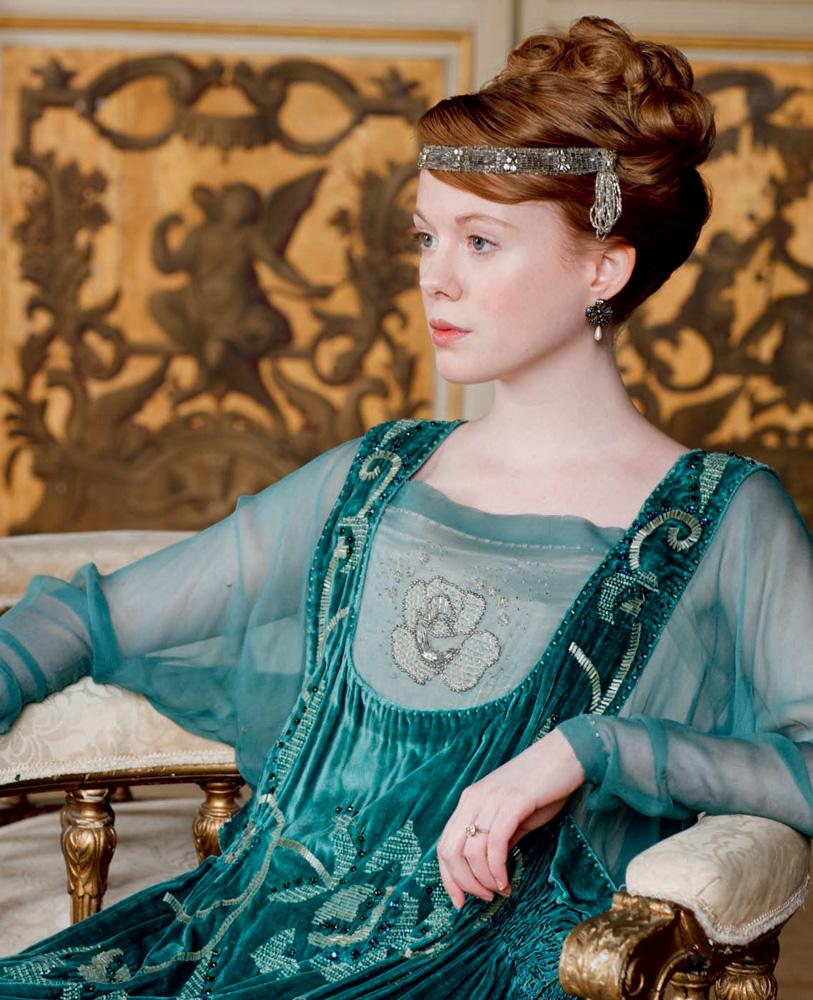 Lavinia és elbűvölő, zöld ruhája