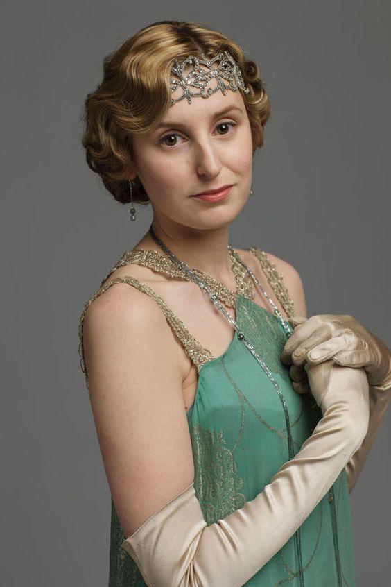 Itt pedig Lady Edith egy csodás zöld estélyiben