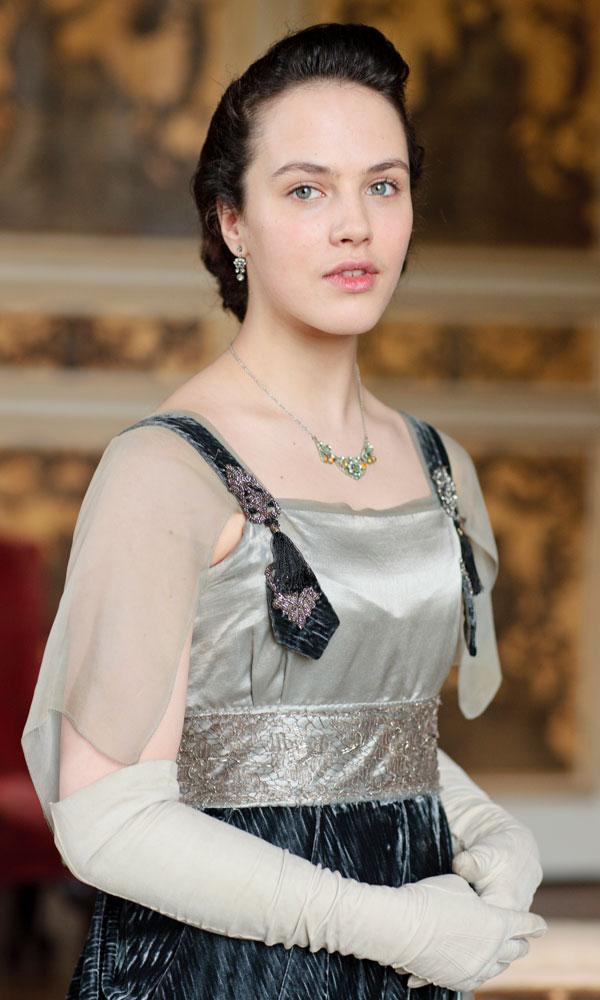 Lady Sybil ezüstben