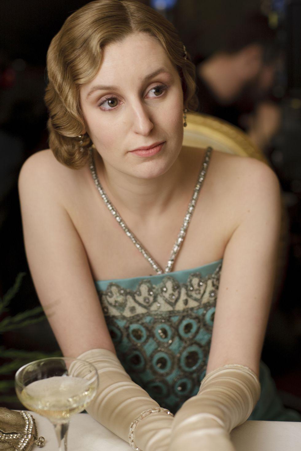 Edith egy csodás, és kissé kacér ruhában