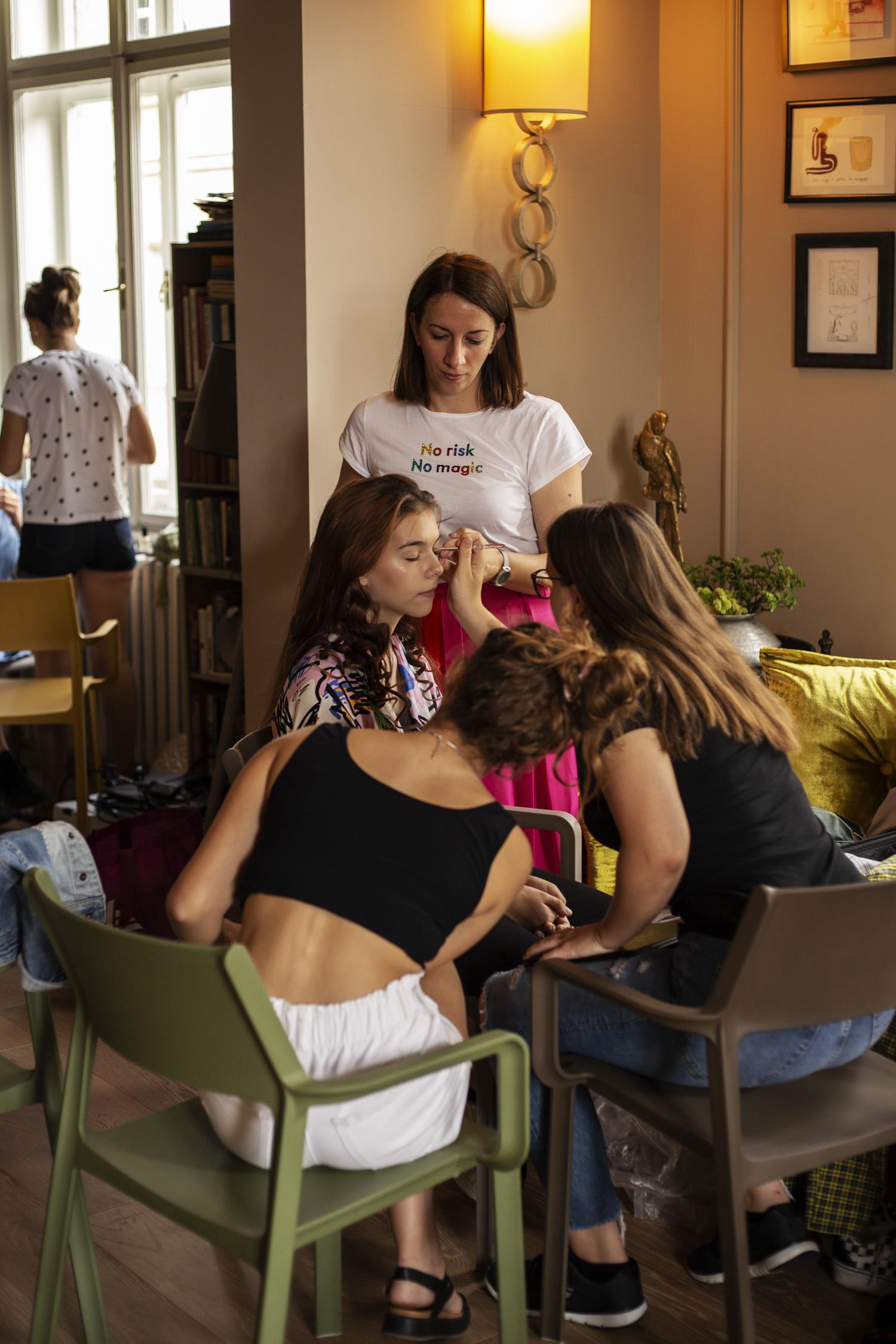 Anna, egy másik stylist hallgatónk felügyeli az átalakító napot - Fotó: Orosz Dóri