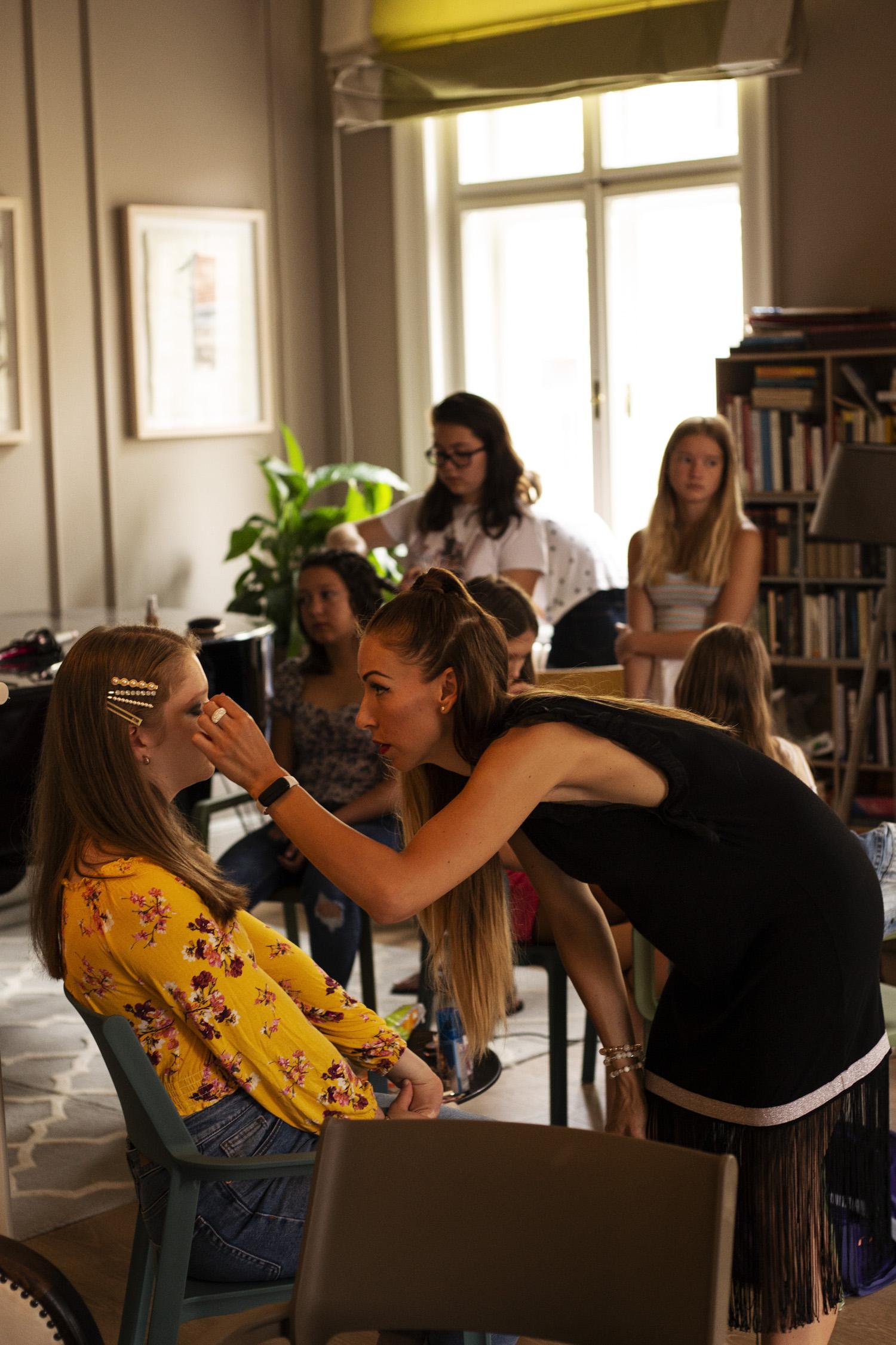 Melus, egy stylist hallgatónk épp a sminkelésben segít - Fotó: Orosz Dóri