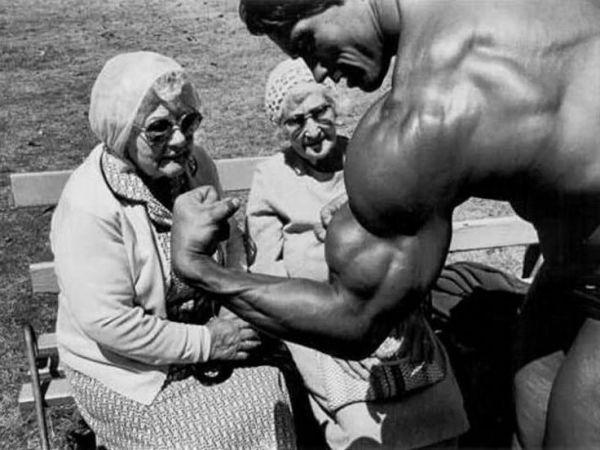 A nénik arca, mikor testközelbe kerülnek Arnold Schwarzenegger izmaival