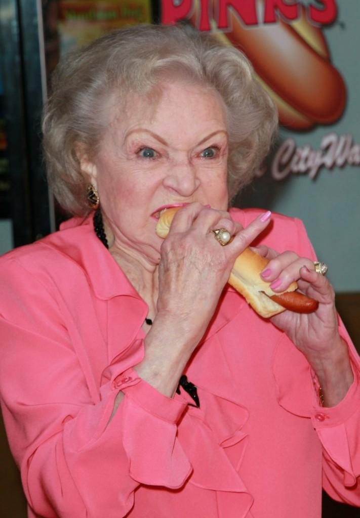 A máig szuperjófej színésznő, Betty White, ahogy legyőzi a szendvicset