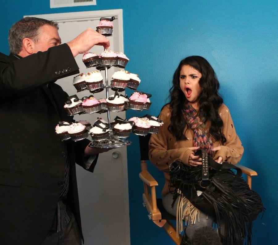 Pontosan így kell reagálni, ha egy hatalmas tálca sütit kapsz, ahogy Selena Gomez!