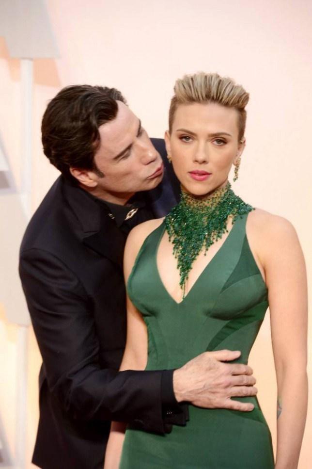 Scarlett Johansson viszont mérsékelten örül John Travolta váratlan ölelésének