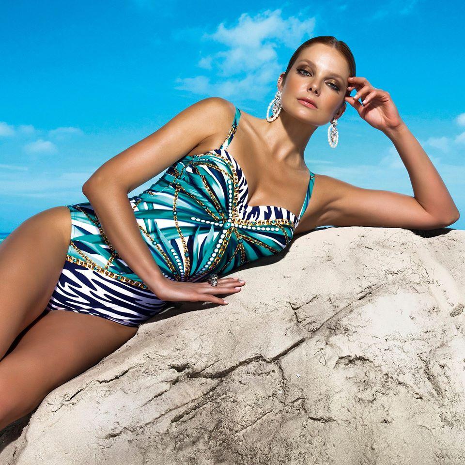 A Magistral kendőmintás modelljét Homokóra, és akár derékban egy kicsit erősebb hölgyeknek is ajánlom - a kusza minta megtöri a vonalakat, mégis nőiessé tesz!<br />Fotó: @magistral_beachwear_official