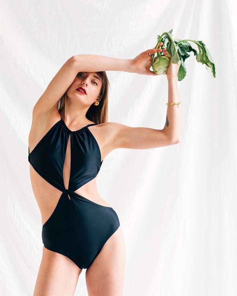 Csabai Zita tervező Philomén elnevezésű, viszonylag friss márkájára a merész, izgalmas, de tökéletes sziluettek jellemzőek. Neked való, ha bevállalós vagy!<br />Fotó: @philomen.studio
