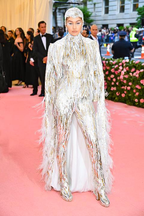 Gigi Hadid csillogó overallban - Michael Kors Collection